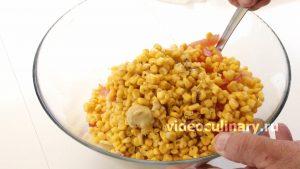 salat-iz-kukuruzy-s-kolbasoj_4