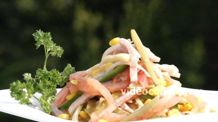 Салат из кукурузы с колбасой